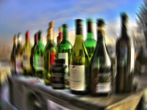 bottiglie di alcolici su un bancone di un bar che si vedono sfuocate